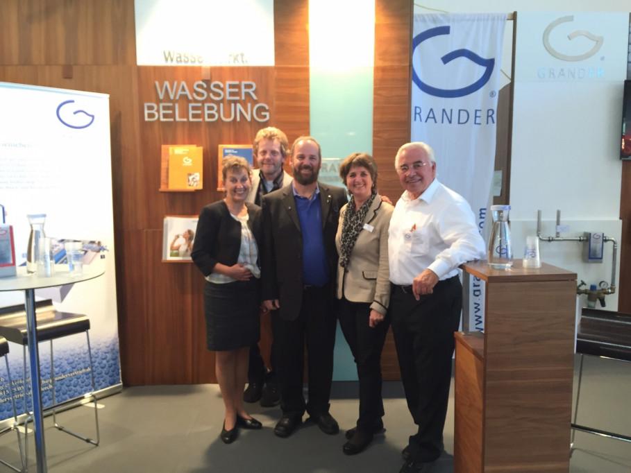 Das GRANDER®-Team am Messestand mit Johann Grander (Mitte)